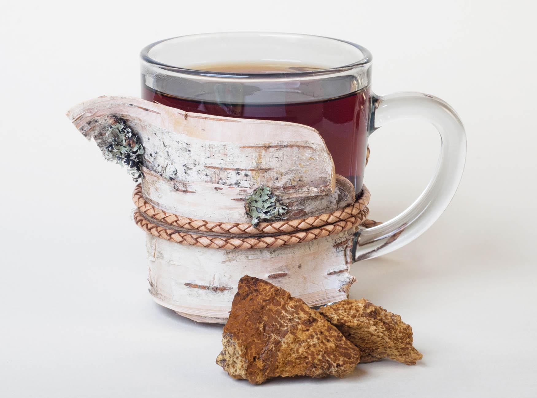Chaga Tee in einem Glas auf weissem Grund